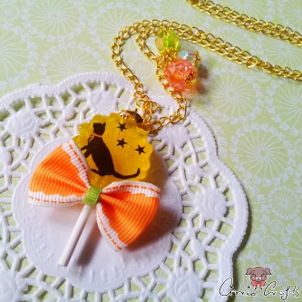 Yellow lollipop with cat motif / gold colored / necklace