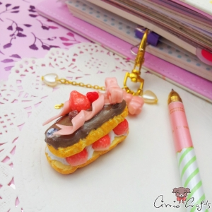 Eclair with strawberries / gold colored / charm
