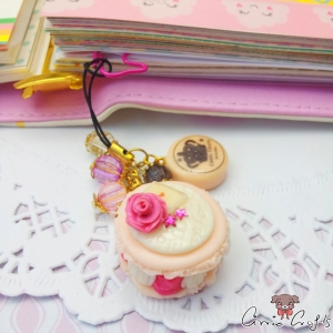 Macaron filled with whipped cream and raspberries / gold-colored / charm