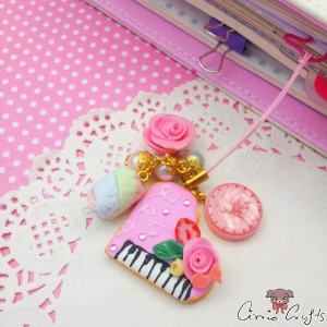 Piano shaped cookie with icing / gold colored / charm