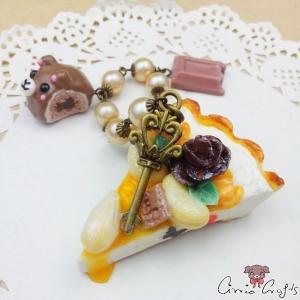 Taschenanhänger, Tortenstück mit Karamell, Nüssen, Schokoladenpraline und Schokoladenstück, Antik Bronze