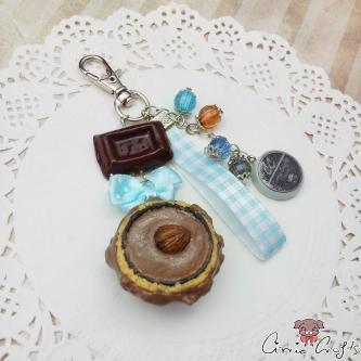 Anhänger, Schoko-Nuss-Praline mit Perlen und blauem Schleifenband, Silber