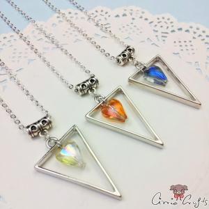 Dreieck aus Metall mit einem Glasherz / Silberfarbend / Verschiedene Farben / Halskette