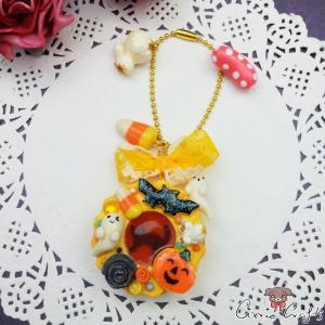 Keks mit Füllung und Halloween-Süßigkeiten / Goldfarbend / Taschenanhänger