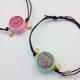Armband mit einem Macaron / Größenverstellbar / Baumwollwachskordel / 43 ~ 80mm / Verschiedene Farben