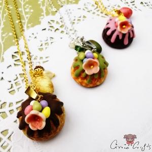 Kuchen mit Schokoeiern / Verschiedene Farben / Halskette