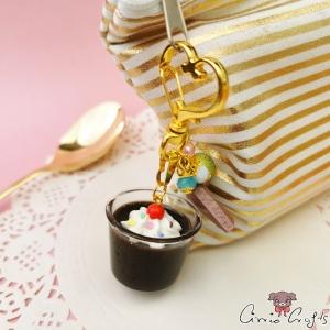 Schokoladenpudding  mit Sahne und Zuckerstreuseln / Goldfarbend / Schlüsselanhänger
